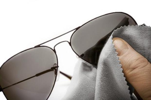Aprenda a limpar corretamente seus óculos de grau ou de sol - Óticas ... 1fe1fd3ef0